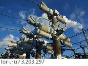 Высоковольтные воздушные выключатели  в ясный морозный зимний день. Стоковое фото, фотограф yeti / Фотобанк Лори