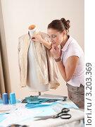 Купить «Модельер работает  в студии по пошиву одежды с манекеном», фото № 3203369, снято 21 ноября 2009 г. (c) CandyBox Images / Фотобанк Лори