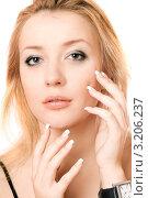 Портрет красивой блондинки с часами на руке крупным планом на белом фоне, фото № 3206237, снято 6 января 2010 г. (c) Сергей Сухоруков / Фотобанк Лори