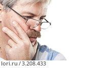 Купить «Портрет задумчивого усатого мужчины в очках на белом фоне», фото № 3208433, снято 24 января 2012 г. (c) Максим Бондарчук / Фотобанк Лори