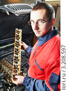 Купить «Автомеханик ремонтирует двигатель машины», фото № 3208597, снято 27 марта 2019 г. (c) Дмитрий Калиновский / Фотобанк Лори