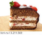 Купить «Шоколадный бисквитный торт с клубникой», фото № 3211569, снято 27 января 2012 г. (c) Татьяна Пчелкина / Фотобанк Лори