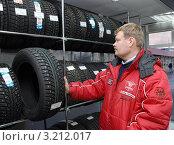В магазине автопокрышек (2007 год). Редакционное фото, фотограф Юрий Пирогов / Фотобанк Лори