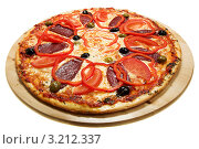 Купить «Пицца с сырокопченой колбасой и перцем», фото № 3212337, снято 17 июня 2011 г. (c) Коваль Василий / Фотобанк Лори