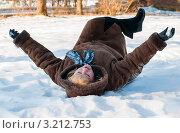 Женщина блондинка среднего возраста лежит на снегу задрав ноги вверх. Стоковое фото, фотограф Игорь Низов / Фотобанк Лори