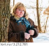 Купить «Красивая женщина блондинка стоит возле дерева зимой на улице», эксклюзивное фото № 3212781, снято 29 января 2012 г. (c) Игорь Низов / Фотобанк Лори