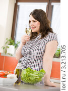 Купить «Молодая женщина с бокалом белого вина на кухне», фото № 3213705, снято 22 апреля 2010 г. (c) CandyBox Images / Фотобанк Лори