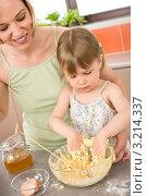 Купить «Маленькая девочка помогает маме готовить тесто на кухне», фото № 3214337, снято 22 апреля 2010 г. (c) CandyBox Images / Фотобанк Лори
