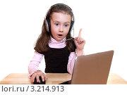Девочка в наушниках возле ноутбука. Стоковое фото, фотограф Артём Скороделов / Фотобанк Лори
