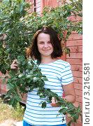 Девушка держит ветвь со сливой. Стоковое фото, фотограф Ольга Богданова / Фотобанк Лори