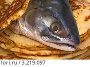 Голова рыбы на стопке свежих блинов. Стоковое фото, фотограф Владимир Арефьев / Фотобанк Лори