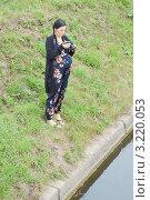 Купить «Беременная женщина с фотоаппаратом в парке», фото № 3220053, снято 12 августа 2011 г. (c) Сергей Дубров / Фотобанк Лори