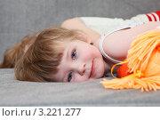 Купить «Дети лежат на диване», фото № 3221277, снято 19 июля 2018 г. (c) Кекяляйнен Андрей / Фотобанк Лори