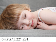 Купить «Девочка спит на диване», фото № 3221281, снято 18 октября 2018 г. (c) Кекяляйнен Андрей / Фотобанк Лори