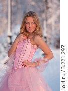 Купить «Девушка в розовом платье», эксклюзивное фото № 3221297, снято 16 января 2011 г. (c) Литвяк Игорь / Фотобанк Лори