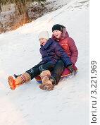 Купить «Две девочки едут с горки на тюбинге, крича от радости», эксклюзивное фото № 3221969, снято 28 января 2012 г. (c) Игорь Низов / Фотобанк Лори