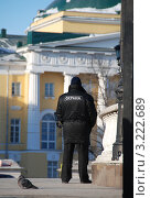 Купить «Охранник. Манежная площадь. Москва», эксклюзивное фото № 3222689, снято 30 января 2012 г. (c) lana1501 / Фотобанк Лори