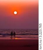 Купить «Влюбленная пара на фоне заката и моря», фото № 3223765, снято 25 января 2012 г. (c) Victoria Demidova / Фотобанк Лори