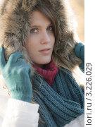 Купить «Стильная девушка в куртке с меховым капюшоном на свежем воздухе», фото № 3226029, снято 27 октября 2010 г. (c) CandyBox Images / Фотобанк Лори