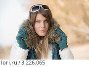 Купить «Симпатичная девушка в зимней одежде и солнцезащитных очках на природе», фото № 3226065, снято 27 октября 2010 г. (c) CandyBox Images / Фотобанк Лори