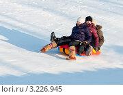 Купить «Две девочки и мальчик едут на тюбинге с криком на скорости», эксклюзивное фото № 3226945, снято 5 февраля 2012 г. (c) Игорь Низов / Фотобанк Лори
