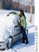 Купить «Девушка очищает автомобиль от снега», фото № 3227761, снято 2 декабря 2010 г. (c) CandyBox Images / Фотобанк Лори
