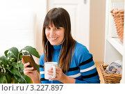 Купить «Улыбающаяся девушка-подросток слушает музыку через mp3-плеер дома», фото № 3227897, снято 6 декабря 2010 г. (c) CandyBox Images / Фотобанк Лори