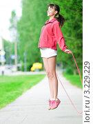 Купить «Девушка в белых шортах прыгает через скакалку в летнем парке», фото № 3229229, снято 29 июля 2011 г. (c) Александр Маркин / Фотобанк Лори