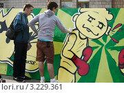 Купить «Молодые люди рисуют граффити», эксклюзивное фото № 3229361, снято 25 апреля 2009 г. (c) Илья Галахов / Фотобанк Лори