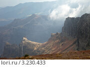 Купить «Остров Мадейра. Горный перевал вулканических скал Пику-ду-Арьейру 1810 м», фото № 3230433, снято 26 декабря 2011 г. (c) Виктория Катьянова / Фотобанк Лори