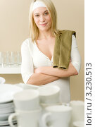 Купить «Домохозяйка с полотенцем стоит на кухне перед немытой посудой», фото № 3230513, снято 1 февраля 2011 г. (c) CandyBox Images / Фотобанк Лори