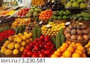 Купить «Экзотические тропические фрукты на рынке Фуншала», фото № 3230581, снято 27 декабря 2011 г. (c) Виктория Катьянова / Фотобанк Лори