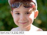 Купить «Счастливый улыбающийся мальчишка с солнечными очками сдвинутыми на лоб», эксклюзивное фото № 3232953, снято 21 июля 2011 г. (c) Родион Власов / Фотобанк Лори