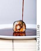 Ролл на белой тарелке в соевом соусе. Стоковое фото, фотограф Наталия Китаева / Фотобанк Лори