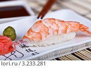 Суши с креветкой на блюде с имбирём, васаби и соевым соусом. Стоковое фото, фотограф Наталия Китаева / Фотобанк Лори