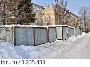 Купить «Железные гаражи на фоне жилых домов», эксклюзивное фото № 3235433, снято 7 февраля 2012 г. (c) Елена Коромыслова / Фотобанк Лори