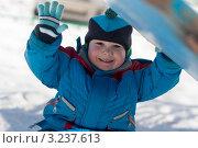 Купить «Улыбающийся ребенок приветственно машет рукой», эксклюзивное фото № 3237613, снято 13 марта 2011 г. (c) Родион Власов / Фотобанк Лори