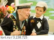 Купить «Матрос-ветеран разговаривает с ребенком», фото № 3238725, снято 9 мая 2011 г. (c) Михаил Ворожцов / Фотобанк Лори