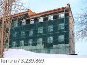 Купить «Утепление здания администрации», фото № 3239869, снято 28 января 2012 г. (c) Анатолий Матвейчук / Фотобанк Лори