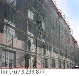Купить «Фасад административного здания подвергается утеплению», фото № 3239877, снято 28 января 2012 г. (c) Анатолий Матвейчук / Фотобанк Лори