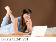 Девушка дома лежит за ноутбуком. Стоковое фото, фотограф CandyBox Images / Фотобанк Лори
