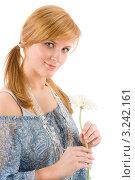 Купить «Романтичная молодая женщина с герберой в руках», фото № 3242161, снято 17 марта 2011 г. (c) CandyBox Images / Фотобанк Лори
