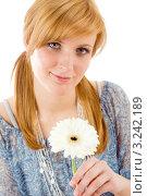 Купить «Белая гербера в руках молодой романтичной пары», фото № 3242189, снято 17 марта 2011 г. (c) CandyBox Images / Фотобанк Лори