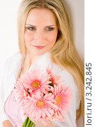 Купить «Романтичная блондинка с розовыми герберами», фото № 3242845, снято 23 марта 2011 г. (c) CandyBox Images / Фотобанк Лори