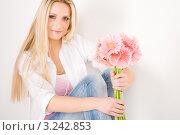 Купить «Привлекательная блондинка с букетом розовых гербер», фото № 3242853, снято 23 марта 2011 г. (c) CandyBox Images / Фотобанк Лори