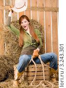 Купить «Портрет веселой рыжеволосой женщины в сарае, наездница в стиле кантри», фото № 3243301, снято 30 марта 2011 г. (c) CandyBox Images / Фотобанк Лори