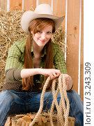 Купить «Молодая счастливая женщина в ковбойской шляпе держит в руках веревки», фото № 3243309, снято 30 марта 2011 г. (c) CandyBox Images / Фотобанк Лори