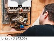 Купить «Газовщик ремонтирует газовую колонку на кухне», эксклюзивное фото № 3243569, снято 11 февраля 2012 г. (c) Игорь Низов / Фотобанк Лори
