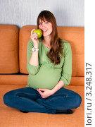 Купить «Красивая беременная с яблоком», эксклюзивное фото № 3248317, снято 2 февраля 2012 г. (c) Куликова Вероника / Фотобанк Лори