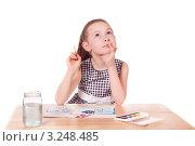 Девочка рисует дом красками. Стоковое фото, фотограф Артём Скороделов / Фотобанк Лори
